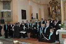 Mariánskolázeňský sbor Fontána se sbormistrem Pavlem Urbanem při koncertu ve strážském kostele.