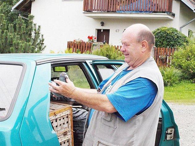 Chovatel poštovních holubů Ladislav Weiner.
