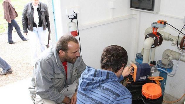 NOVOU OBECNÍ VODÁRNU a její technické zařízení si v pátek prohlédl starosta Lesné David Ölveczki (na snímku vlevo).