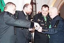 ZDENĚK EYER, autor knihy (vpravo), při křtu své nové knihy.