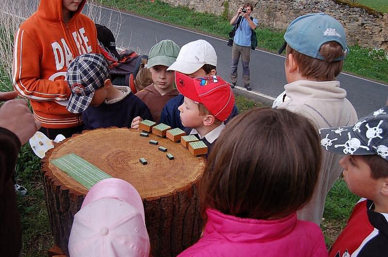 Děti si mohou na naučné stezce také hrát