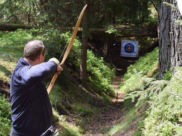 ÚČASTNÍCI KOČANDRLOVA memoriálu stříleli do netradičních, případně do netradičně umístěných terčů v lese u Dlouhého Újezdu.