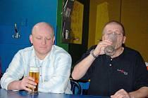 V sobotu se v tachovské restauraci U obušku kanala tradiční soutěž v pivní štafetě