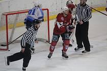 Duel s lídrem. Zítra čeká hokejisty HC Tachov těžký soupeř – vedoucí tým soutěže HC Klatovy B (v červených dresech ze zápasu s HC Domažlice).