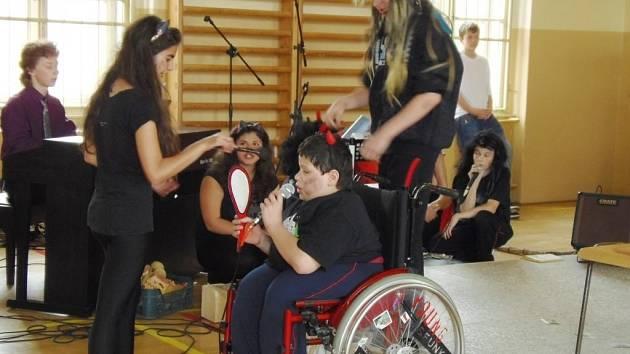Velký aplaus sklidila muzikálová Čertovská pohádka, kterou zahráli žáci 7.A pod vedením učitelky Kláry Kastlové.
