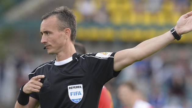 Fotbalový rozhodčí Petr Ardeleanu, syn předsedy komise rozhodčích OFS Tachov Aurela Ardeleana, to z našich okresních soutěží dotáhl s píšťalkou až na mezinárodní scénu.