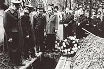 Scéna pohřbu jednoho z hrdinů filmu se točila na plzeňském hřbitově.