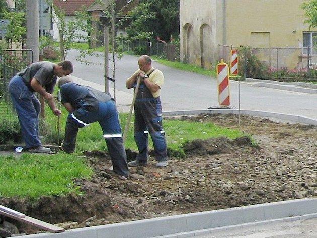Dělníci upravují svojšínskou křižovatku.