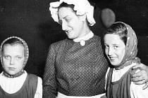 Blažena Bláhová (uprostřed) s Haničkou Polívkovou (vlevo) a svojí dcerou Janičkou. Fotografie dokládá slova Jany Zajíčkové, že si v Paličově dceři (1957) opravdu obě děvčátka zahrála.