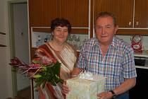 MARIE A JAROSLAV MAŠKOVI oslavili v pátek zlatou svatbu, od zástupců města Tachova obdrželi kytici a malý dar.