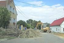 NA SILNICI už se kupí hromady hlíny. Dělníci připravují přípojky ke každému domu zvlášť. Stará kanalizace pochází ze sedmdesátých let.