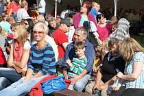 Na nádvoří borského zámku se v sobotu protočilo několik tisíc lidí. Poutavý byl i večerní program s ohňovou show a ohňostrojem.