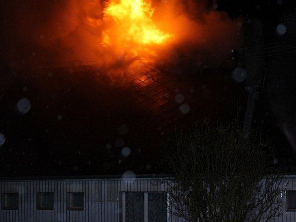 Spožárem domu vHalži bojovali dobrovolní hasiči zHalže a Tachova itachovští profesionálové