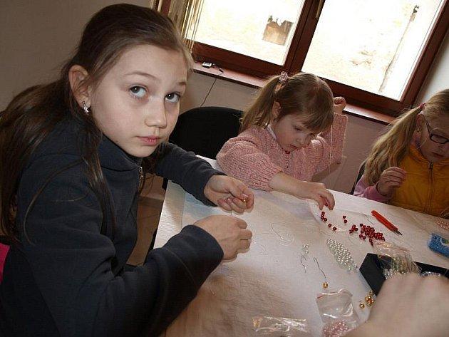 Děti vyráběly šperky