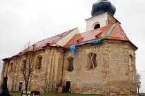 Kostel v Erpružicích se dočkal nové střechy. Na další opravy si bude muset ještě počkat.