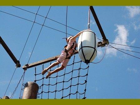 Lezení a skákání v lanovém centru v Polžicích