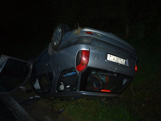 Mladému řidiči vínového Opelu Astra policisté naměřili 0,77 promile. Z aut zůstal jen šrot.