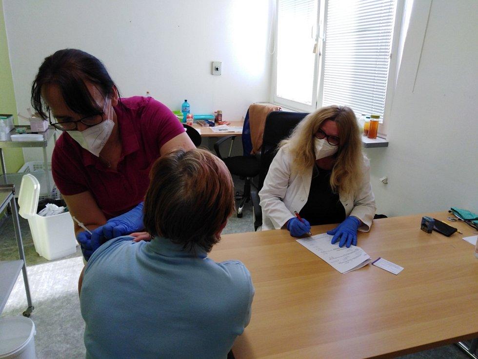 Očkovací centrum dnes obstará 150 lidí denně. Ve společenském sále by jich mohlo být až 500.