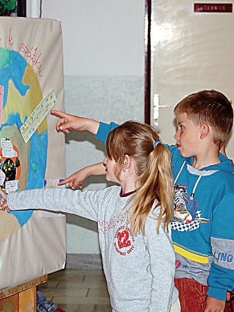 Přimdští školáci popřáli Zemi k jejímu svátku jenom to nejlepší. Svá přáníčka pak umístili na připravenou zeměkouli.