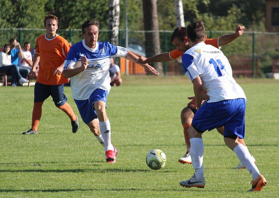 A-mužstvo TJ Hraničář Částkov (v bílomodrém) vede okresní přebor ve fotbale.