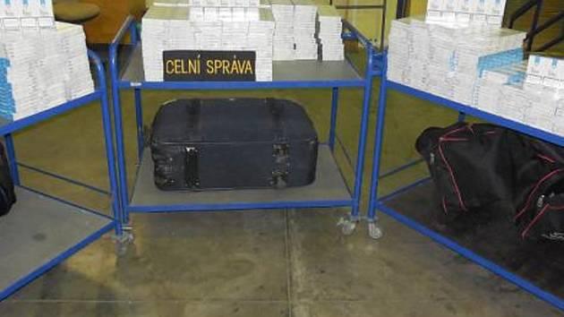 Sedmatřicetiletý Slovák převážel 50 tisíc cigaret ve dvou taškách a jednom kufru.