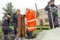 Za prudkého deště upevňovali dobrovolní hasiči (na snímku) v Chodové Plané speciální konstrukci.