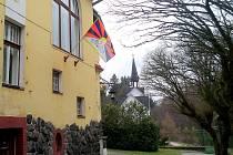 Vlajka pro Tibet na budově Obecního úřadu v Konstantinových Lázních.