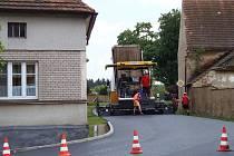 Necelé tři dny stačily silničářům na položení nového asfaltového koberce na průtahu obcí Kostelec.