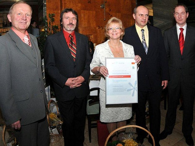 KAREL PETRÁŇ (druhý zleva) s dalšími finalisty ankety. Na snímku dále jsou Ondřej Feber (Stonava), Vladislava Moravčíková (Oplany), Petr Gazdík (Suchá Loz) a Milan Kazda (Kněžice).