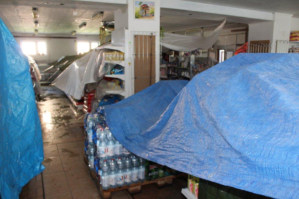 Hasiči likvidovali v pondělí dopoledne následky nedělní vichřice.