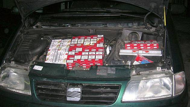 V prostorách motoru a v důmyslné schránce ve dně přívěsného vozíku převážel polský řidič téměř 30 tisíc cigaret.