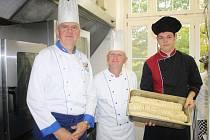 JOSEF KRATOCHVÍL (vlevo) se svým kolegou Rudolfem Šurabou a žákem Janem Bartošem v kuchyni Hotelové školy v Mariánských Lázních.