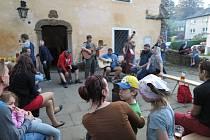 Zpívali na ulici u Bašty pro radost všem