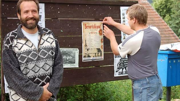 Starosta Stráže Karel Fíšpera (vlevo) a předseda Kulturního spolku Bernarticka Václav Pinta tráví tyto dny přípravami na tradiční bernartickou pouť.