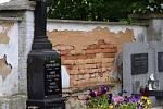 Poškozené a opravené zdi hřbitova v Kladrubech.
