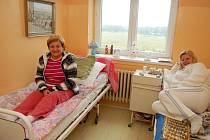 S potížemi pohybového aparátu se v Nemocnici následné péče Svatá Anna také léčí Jiřina Chavíková z Boru (na snímku vlevo).
