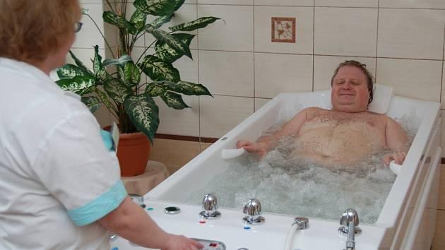 """Jiří Fejt (na snímku v péči fyzioterapeutky Daniely Líbalové) si pochvaluje nově zrekonstruovanou vodoléčbu. """"Léčíme se tady s ženou po dopravní nehodě. Hodně nám hydromasáže pomáhají,"""" řekl pacient."""
