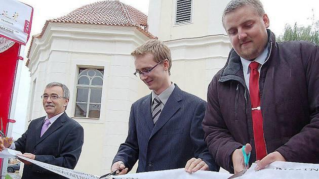Pásku u kaple sv. Václava a Vojtěcha přsetřihují František Trhlík, Jan Vacík a Pavel Tóth (zleva)