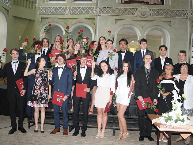 Studenti šestého ročníku Gymnázia Tachov si v jízdárně slavnostně převzali maturitní vysvědčení.