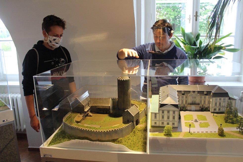 Kastelán zámku doufá, že sezona bude zahájena. Už loni provázeli návštěvníky zámku ve štítech a rouškách.