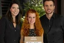 Monika a Leoš Marešovi s Gabrielou Jägerovou (uprostřed) po předání šeku.
