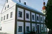 NECELÉ DVA MILIONY korun obdržela obec Zadní Chodov na rekonstrukci budovy obecního úřadu.Na snímku budova před rekonstrukcí.