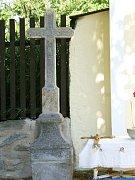 Kapli sv. Marie Magdalény v Dolní Jadruži zdobí původní kamenný kříž.