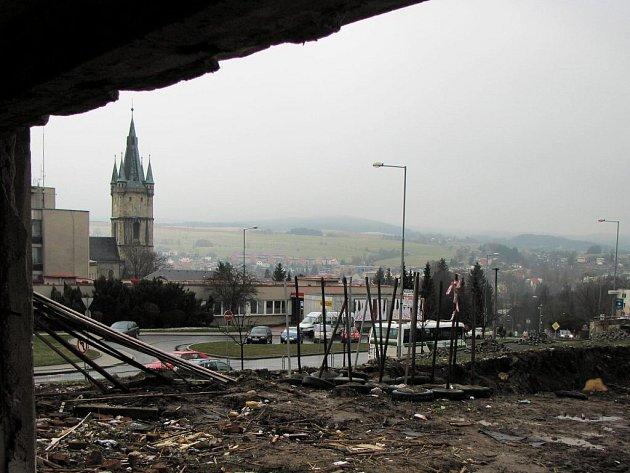 Demolice sokolovny a výstavba nového supermarketu.