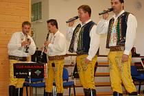 Moravská dechová kapela Túfaranka ze Šakvic se představila publiku v kulturním domě v Chodové Plané.