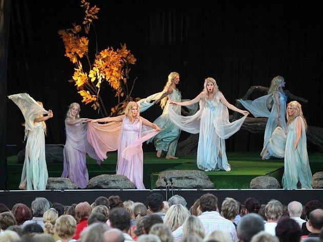 Diváci mohou při Rusalce v Boru vidět Jitku Burgetovou, či Andreu Kalivodovou a mnohočlenný herecký soubor.