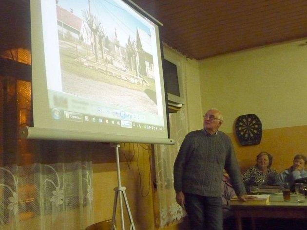 LABUŤSKÝ KRONIKÁŘ a starousedlík Václav Hurych připravil čtení z kronik a promítal fotografie jak z historie, tak ze současnosti. Sklidil veliký úspěch, klubovna byla plná.