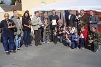 SPOLEČNÁ FOTOGRAFIE oceněných chovatelů jubilejní chovatelské výstavy ve Stříbře. Organizátoři rozdali na padesát pohárů a ocenění.