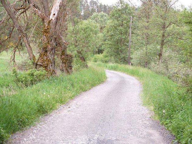 Silnice mezi Brodem a kempem karolina připomíná tankodrom.