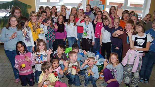 Přes sto kilogramů krmení pro psy přinesli žáci a žákyně Základní školy Hornická v Tachově.